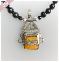 Toeareg zilver pendant met oranje zandsteen